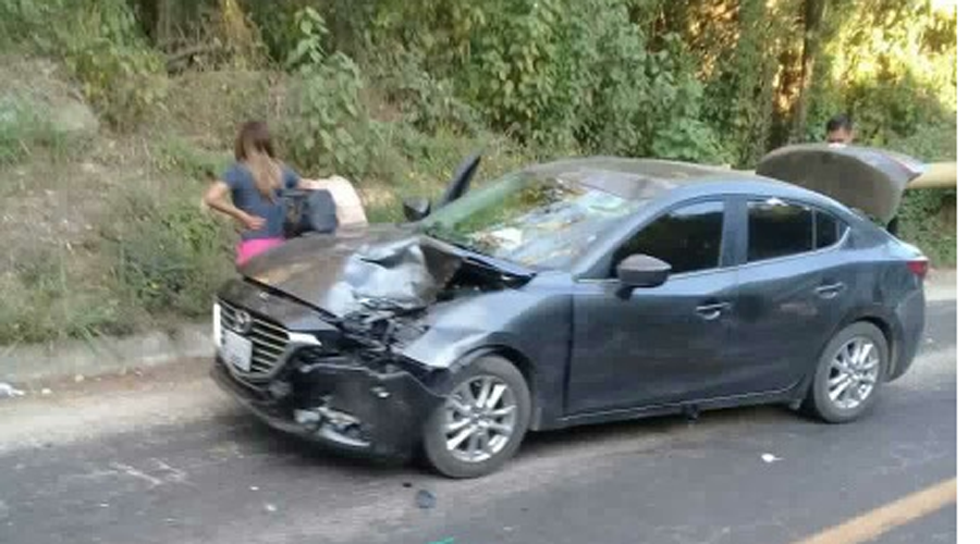 Choca motociclista contra auto en carretera de Pinotepa | El Imparcial de Oaxaca