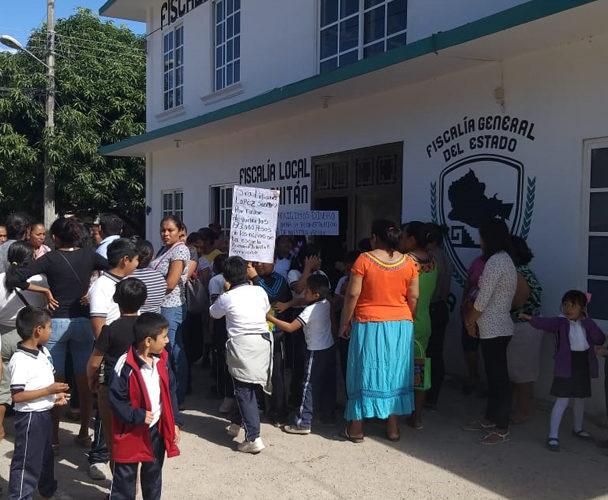 Alumnos y tutores  de la Escuela Primaria Adolfo C Gurrión protestan en Fiscalía