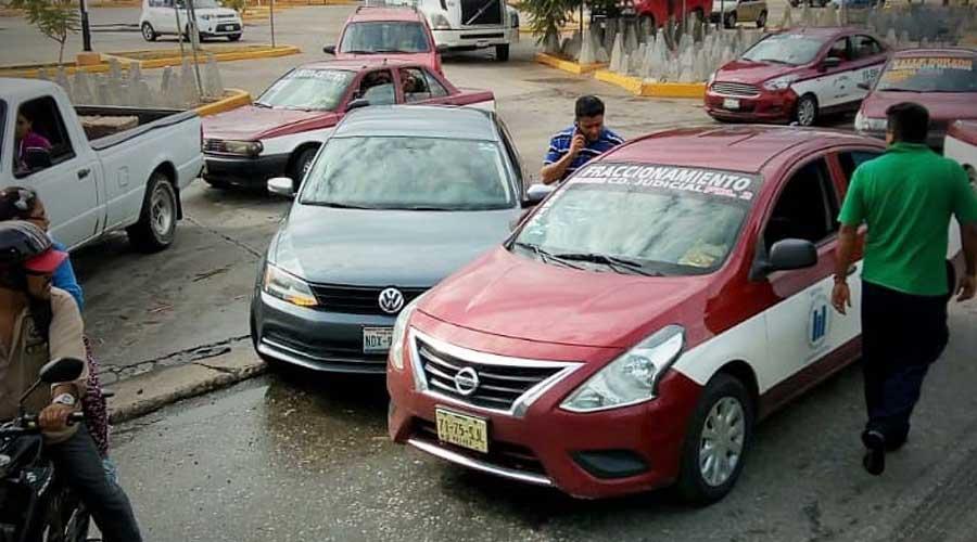 Choque en Símbolos Patrios, deja daños materiales | El Imparcial de Oaxaca
