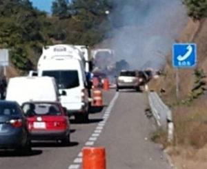 Camión arde en llamas en carretera de Huitzo y Nochixtlán