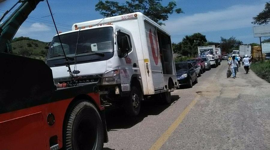 Transportistas de Tuxtepec bloquean cruce de carretera federal | El Imparcial de Oaxaca
