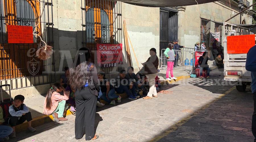 FIPOO bloquea Palacio de Gobierno; pide pago de recursos para obras en Oaxaca | El Imparcial de Oaxaca