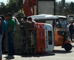Aparatoso choque entre taxi y motocarro deja tres lesionados
