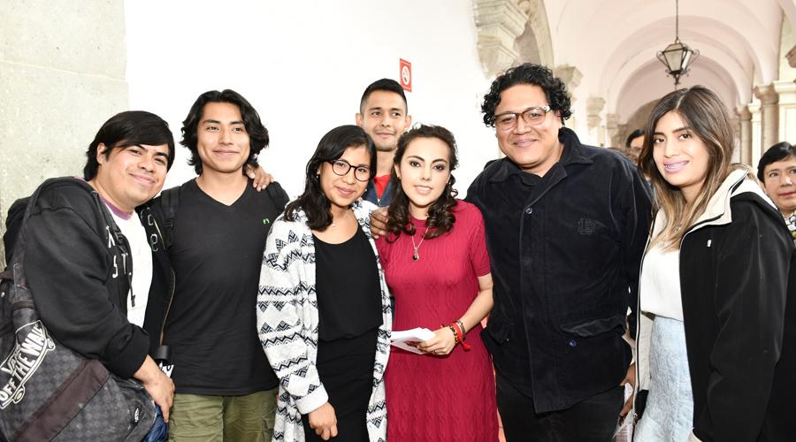 Luz María presenta su examen profesional