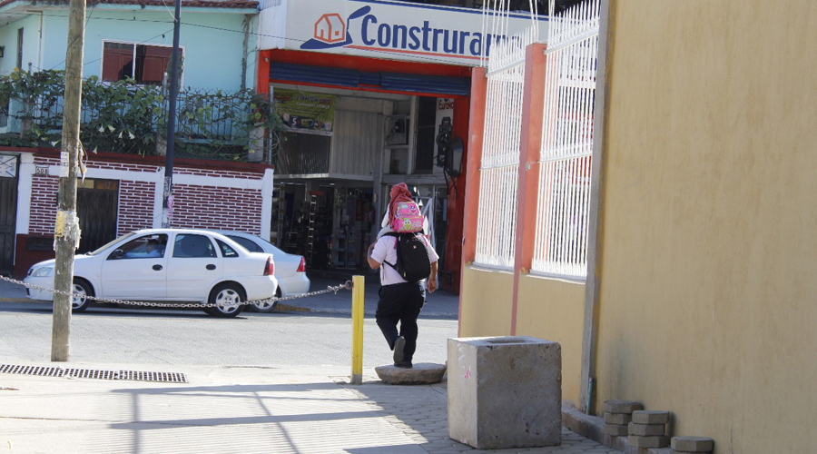 Denuncian a vecino que se adueñó de calle en Santa Lucía del Camino