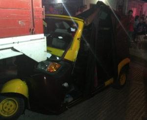 Abandona mototaxi tras chocar contra camión estacionado