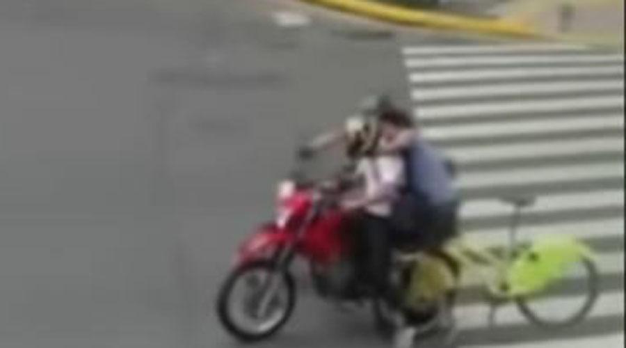 Video: Ciclista es víctima de un asalto y persigue al delincuente hasta derribarlo | El Imparcial de Oaxaca