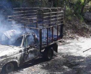 Se incendia camioneta ganadera en Pinotepa