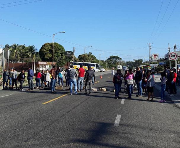 Padres de familia del Istmo  bloquean vía, piden reconstrucción