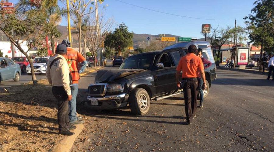 Choca camioneta contra árbol en Plaza del Valle