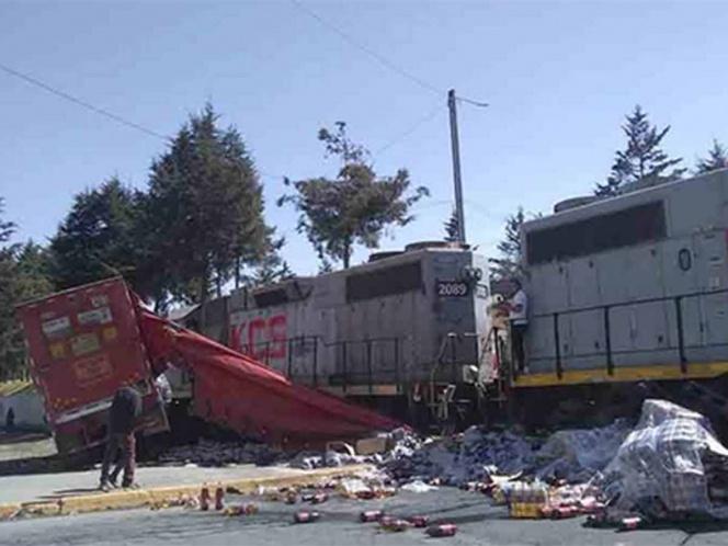 Tren embiste a camión de refrescos; lo rapiñan | El Imparcial de Oaxaca