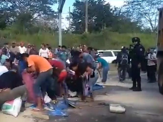 Rapiñan autobús cargado de azúcar que volcó en Veracruz   El Imparcial de Oaxaca