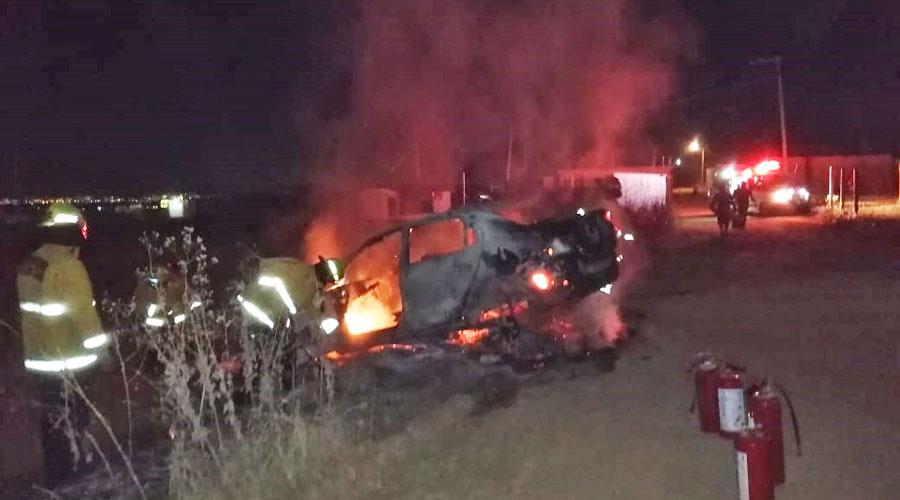 Tras sufrir choque, vehículo se incendia en Zaachila