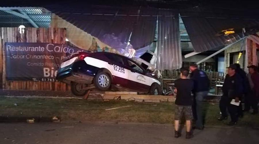 Taxi se impacta contra restaurante en Tlalixtac
