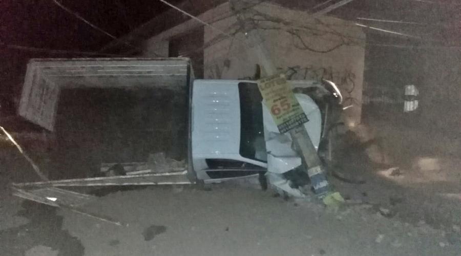 Choca y derriba un poste en carretera de Santa María Atzompa | El Imparcial de Oaxaca