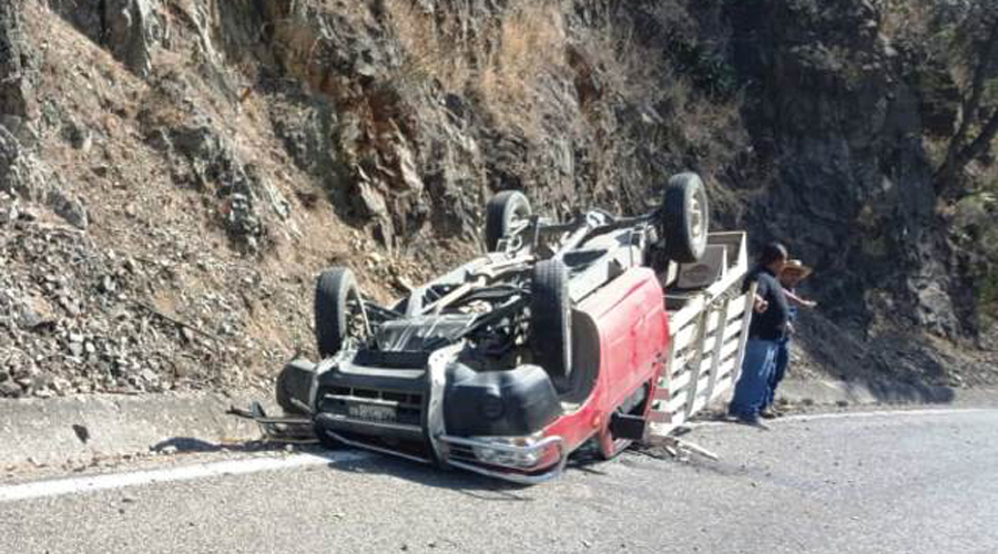 Camioneta vuelca en carretera Huajuapan-Tamazulapan | El Imparcial de Oaxaca