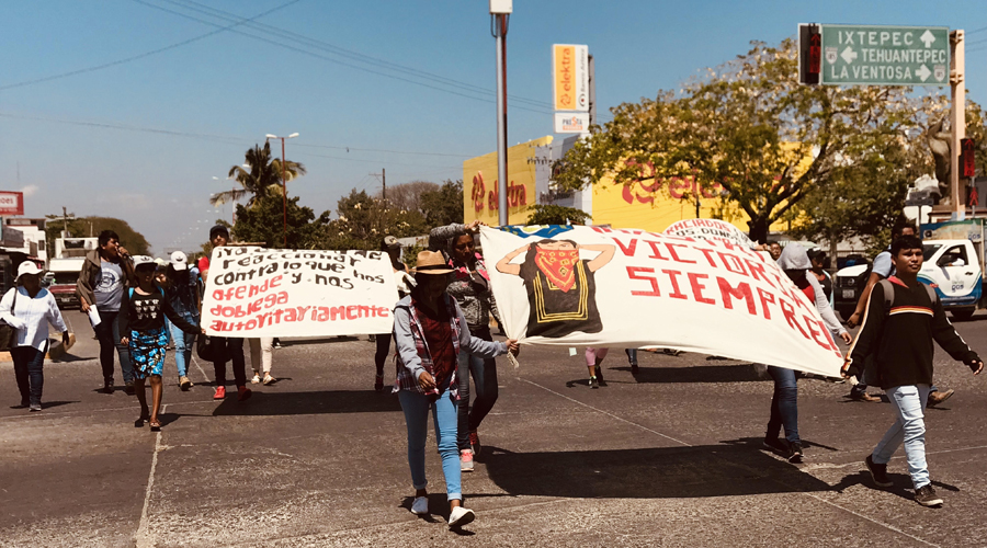 Marchan normalistas en el Istmo