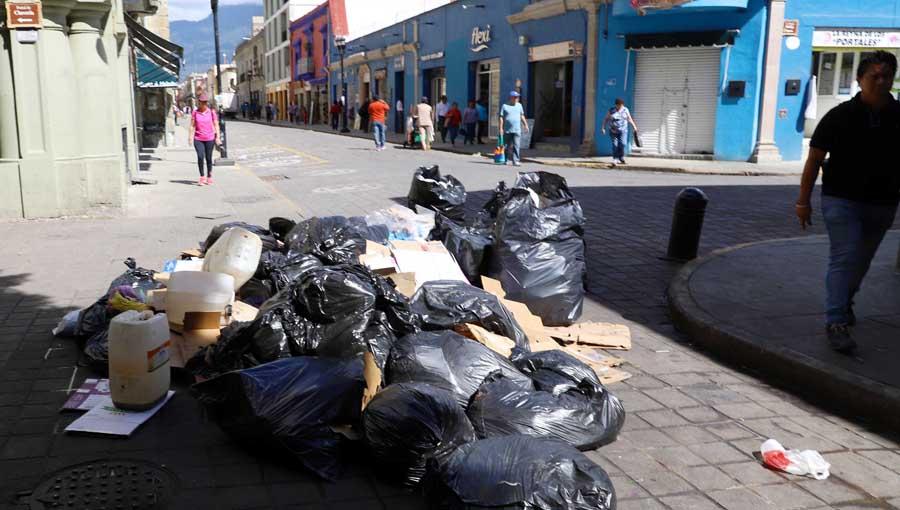 Se burlan capitalinos de su autoridad; dejan basura en la calle | El Imparcial de Oaxaca