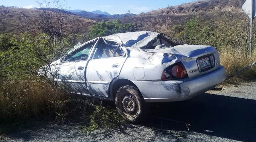 Vuelca automóvil en carretera a Santiago Juxtlahuaca | El Imparcial de Oaxaca