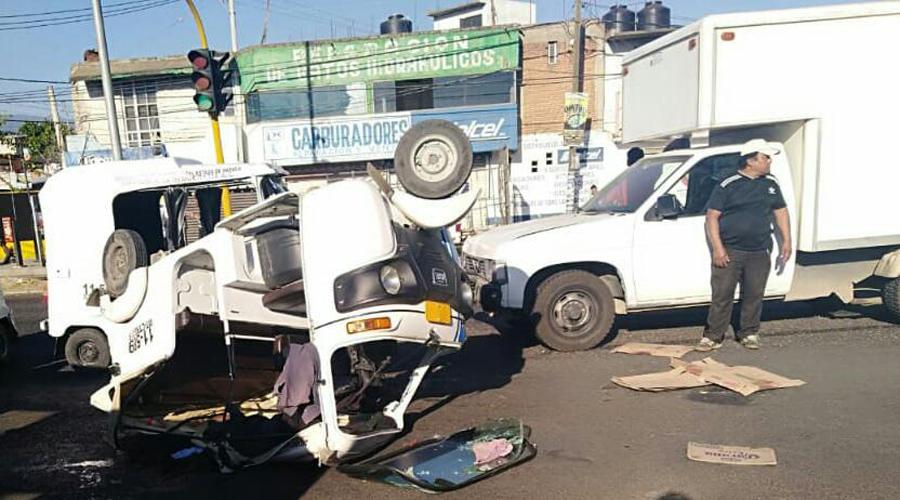 Camioneta choca contra mototaxi en Símbolos Patrios
