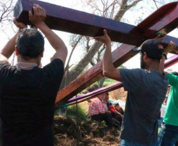 Colocan cruz de 6 metros y flores en honor a víctimas de Tlahuelilpan