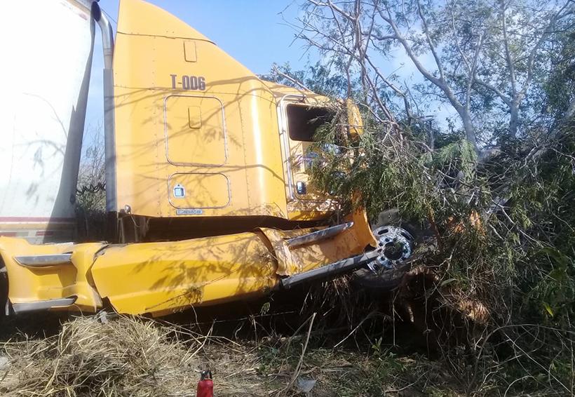 Tráiler se sale del camino en el Istmo | El Imparcial de Oaxaca