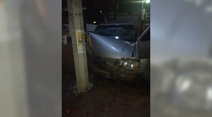 Choca contra un  poste por briago en centro de Oaxaca