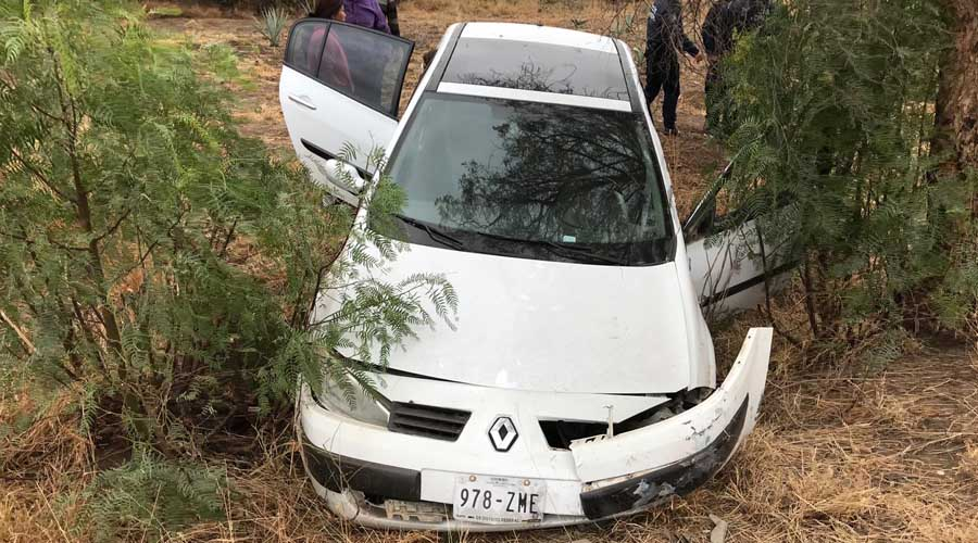 Se accidenta automovil en carretera a Tlacolula