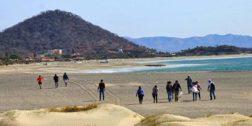 Limpian playas de Salina Cruz, han recolectado más de dos toneladas de basura