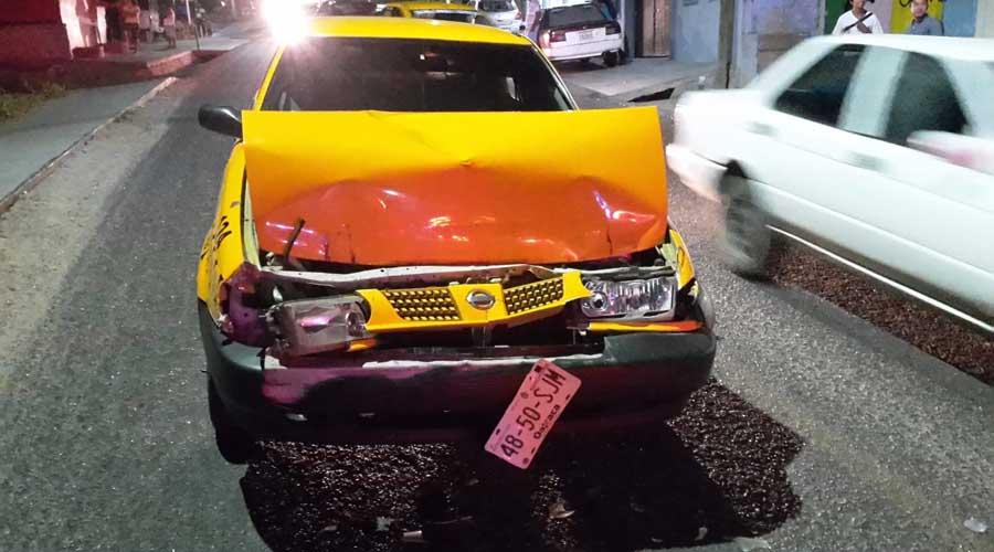 Taxista queda prensado tras chocar en Salina Cruz
