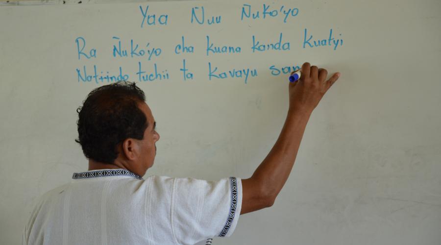 Escuelas bilingües, claves para preservar el mixteco