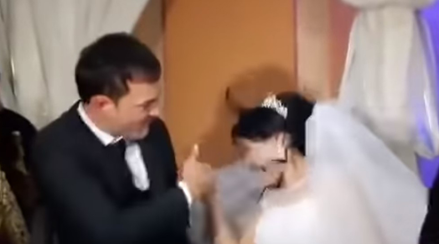 Vídeo:Golpea a su esposa en plena boda por jugarle una broma