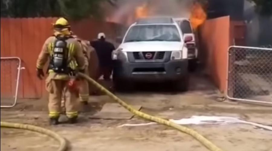 Video: Hombre entra a su casa en llamas para salvar a su perro pese a advertencias de bomberos | El Imparcial de Oaxaca