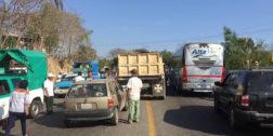 Unión de mototaxis bloquea carretera de la Costa