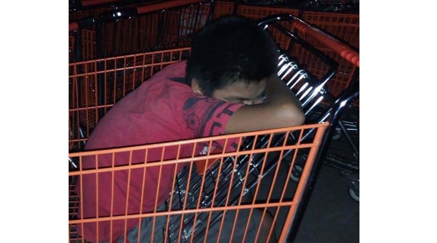 Niño pernocta en carrito de súper en Huatulco | El Imparcial de Oaxaca