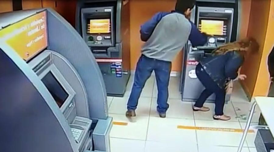 Video: Ladrón se compadece de su víctima y le devuelve el dinero al ver el saldo de su cuenta | El Imparcial de Oaxaca