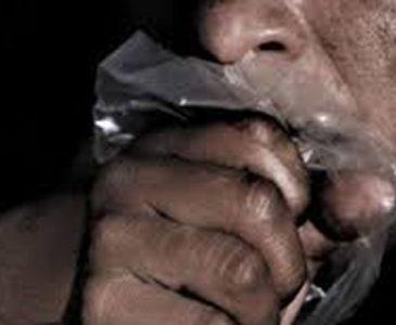 Lo agarran inhalando sustancias tóxicas en el centro de Huajuapan