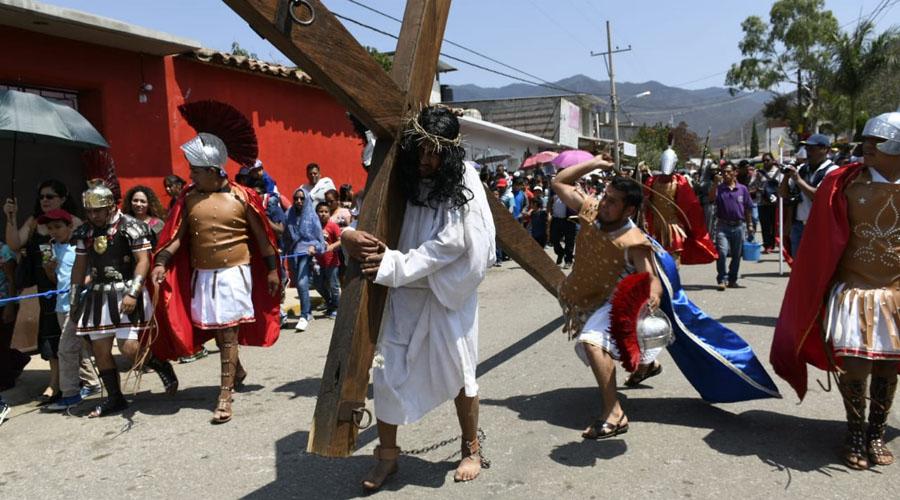 Escenifican el viacrucis en Tlalixtac de Cabrera, Oaxaca | El Imparcial de Oaxaca