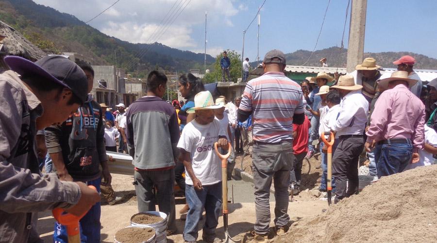 Brindan empleos en la  comunidad de Ixcatlán