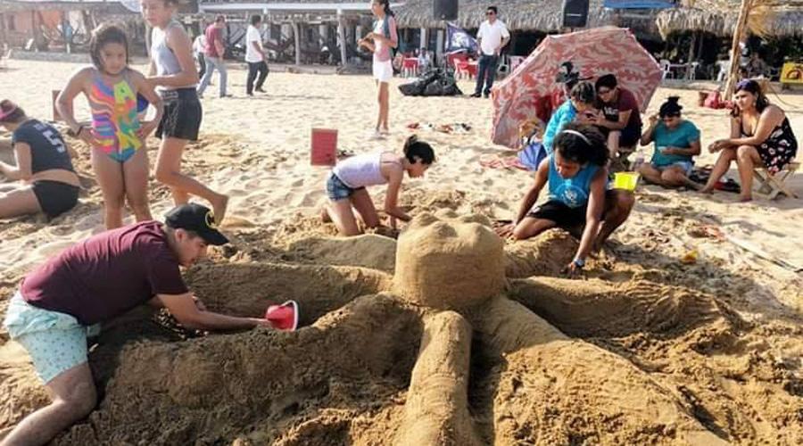 Celebran a la Tierra con figuras de arena en Zipolite