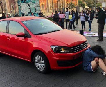 Video: Mujer se planta con su auto en Palacio Nacional, pide audiencia con AMLO
