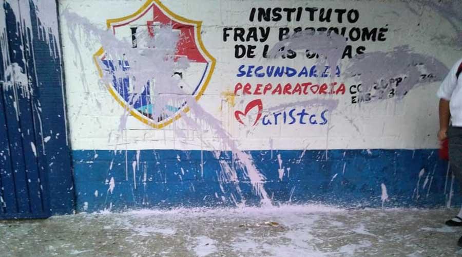 Grupo de vándalos pintarrajea escuela de Salina Cruz