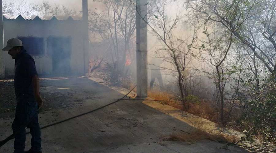 Incendio pone en riesgo a hospital de Salina Cruz