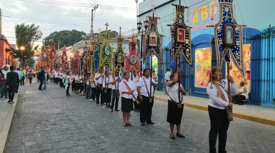 Admiran la procesión solemne de estandartes en Oaxaca | El Imparcial de Oaxaca