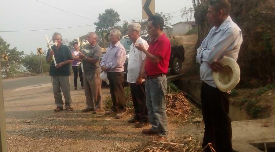 Mixes piden permiso a la Madre Tierra para realizar obras