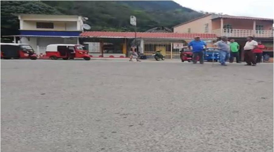 Mototaxistas bloquean la entrada de Santa María Jacatepec   El Imparcial de Oaxaca