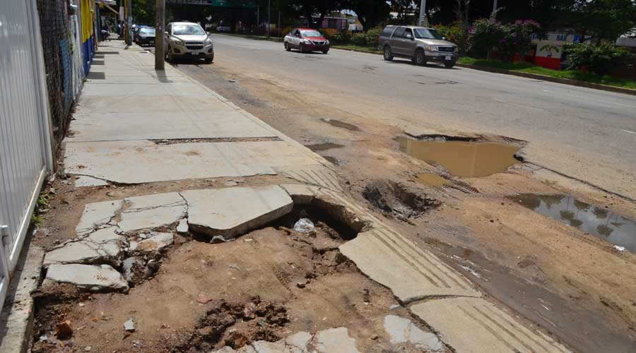 Celebran a Oaxaca de Juárez, pero sus calles siguen llenas de baches