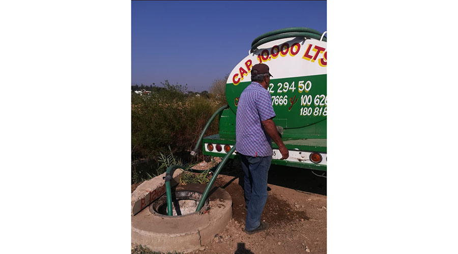 Pipas de Sapao vierten  aguas negras sobre ríos de Oaxaca