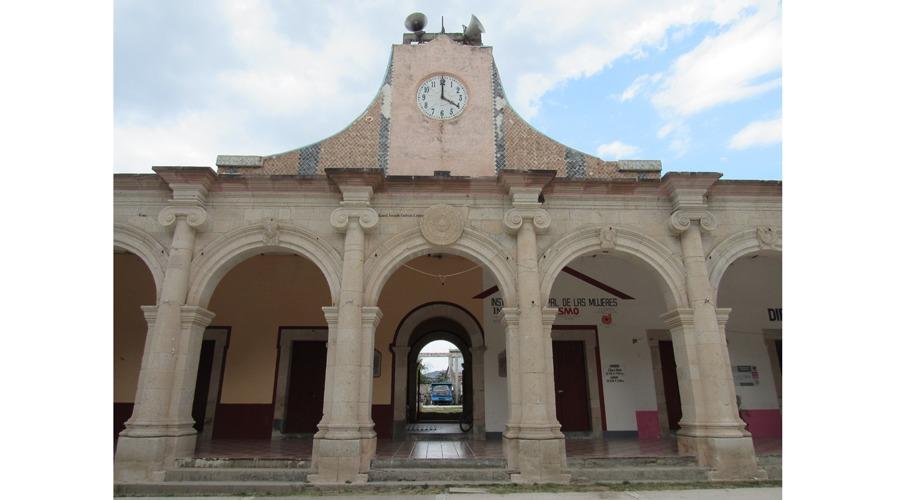 Palacio municipal de  Tejupan, una obra  con piedras rosas