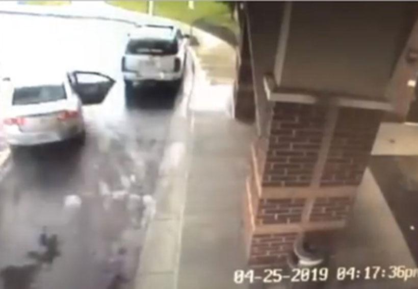 Video: Al ser robado el auto donde viajaban, niños se lanzan de él en movimiento | El Imparcial de Oaxaca